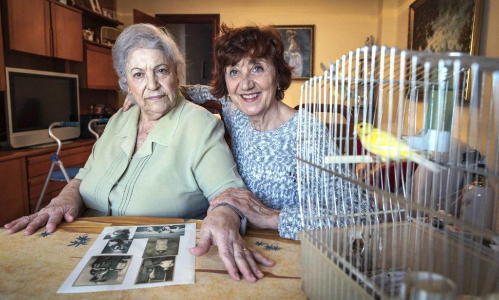 Carmen Abellán en su casa con Remei Raga, impulsora de un proyecto contra la soledad en Valencia. MÒNICA TORRES